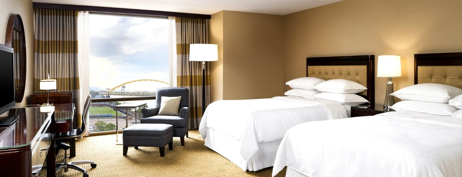 Deluxe River Guest Room | Sheraton Station Square Hotel